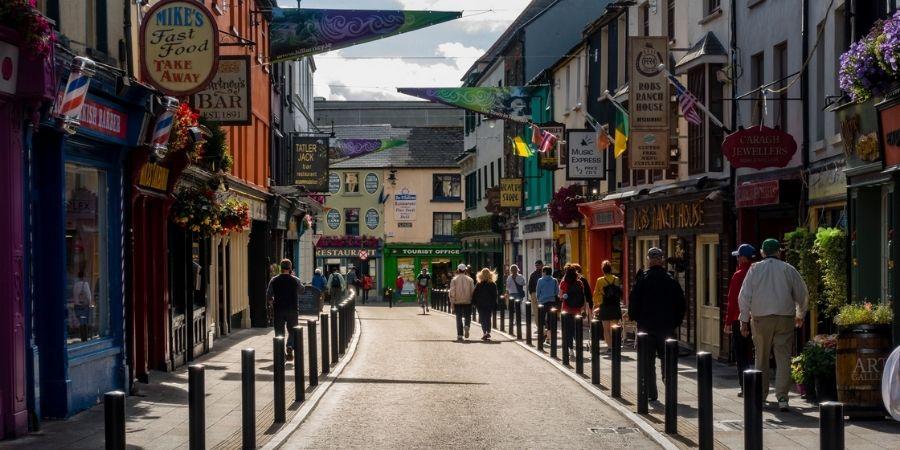 Vista de una calle de Killarney en Irlanda