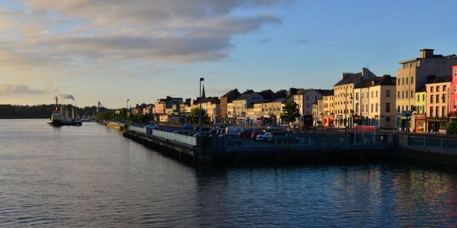 Vista de la Ciudad Irlandesa de Waterford por la tarde