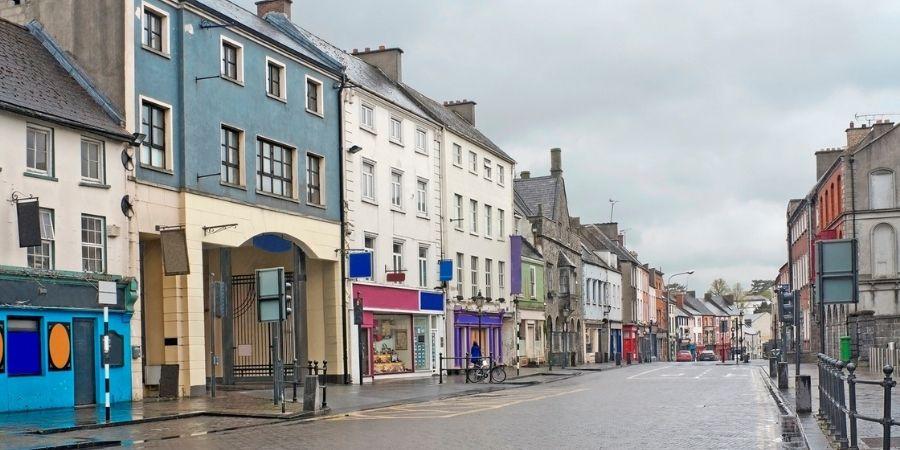 Kilkenny y una de sus vías principales en la isla de Irlanda