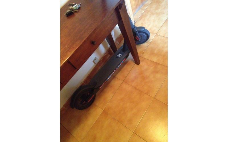m365 debajo de la mesa para no ocupar espacio