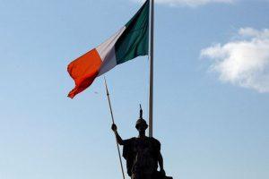 bandera de irlanda ondeando