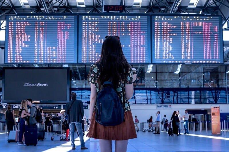 mujer en el aeropuerto de dublin irlanda esperando abordar vuelos