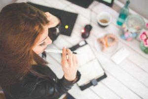 mujer estudiando ingles en irlanda gratis