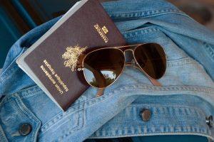 pasaporte, gafas y chamarra para viajar a estudiar a irlanda