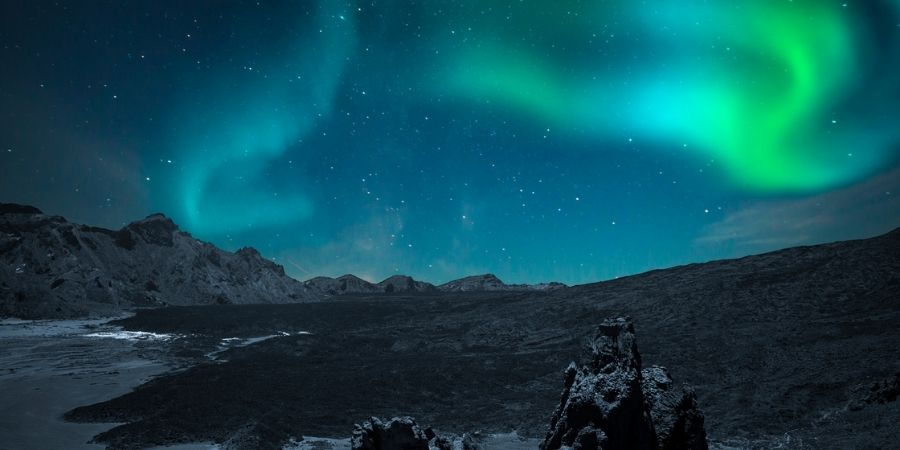 Aurora boreal vista desde las montañas