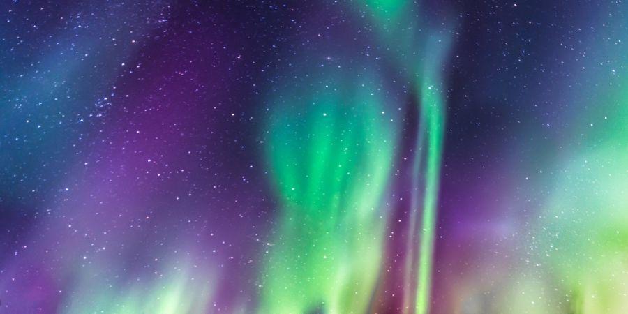 Vista de las Auroras Boreales con variedad de colores
