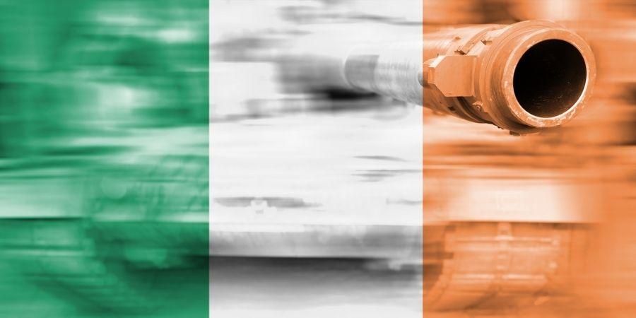 Imagen de la Bandera de Irlanda y un fondo relacionado a la Segunda Guerra Mundial