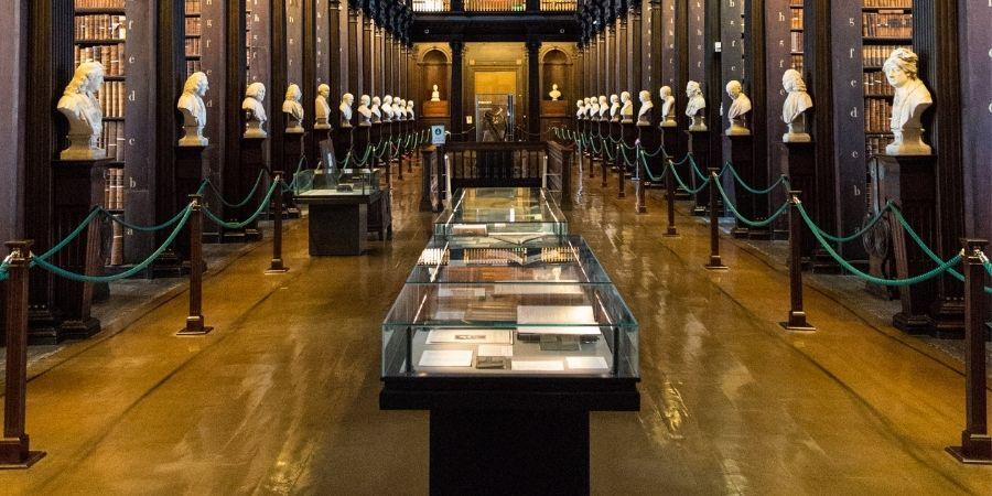 Exhibición donde se muestra el Libro de Kells