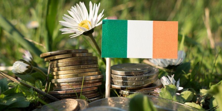 Foto de Monedas de Irlanda Antes del Euro y Bandera Irlandesa