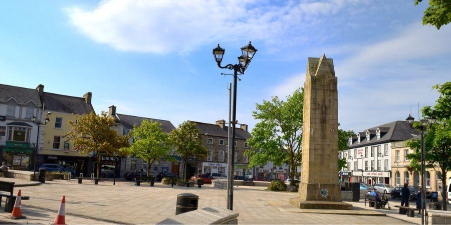 Plaza el Diamante y obelisco Four Masters en  Donegal