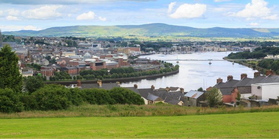 Derry vista de esta ciudad de Irlanda del Norte
