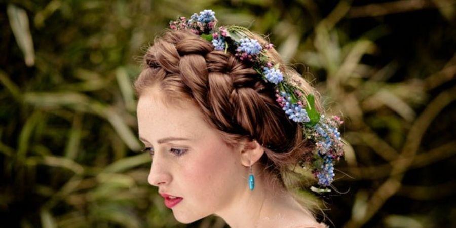 Novia con corona de flores silvestres y el tradicional color azul
