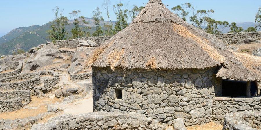 ciudad construida a base de piedras guerreros celtas