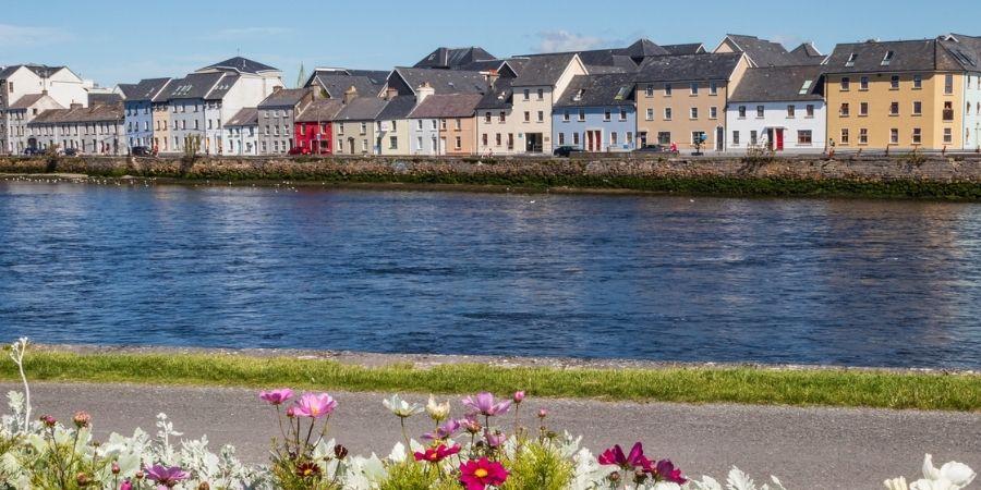Galway vista junto al agua en Irlanda