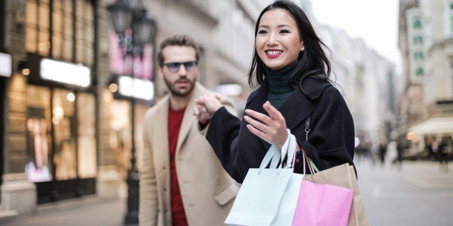 Mujer realizando compras en Cork vs Dublín