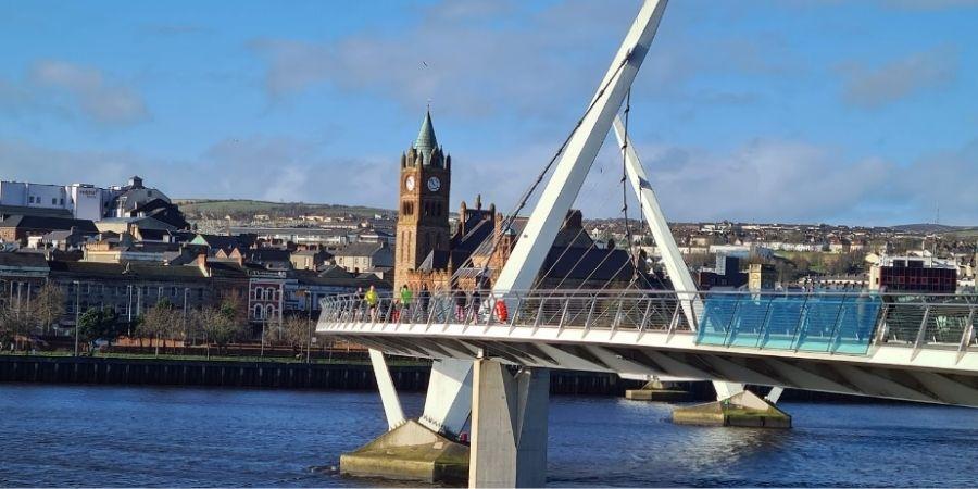 Mirada a Derry  junto a uno de sus puentes