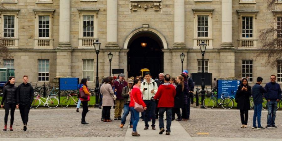 Universidad con estudiantes en Dublin Irlanda