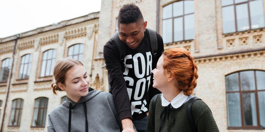 Estudiantes compartiendo fuera de la institución educativa Dublin o Cork