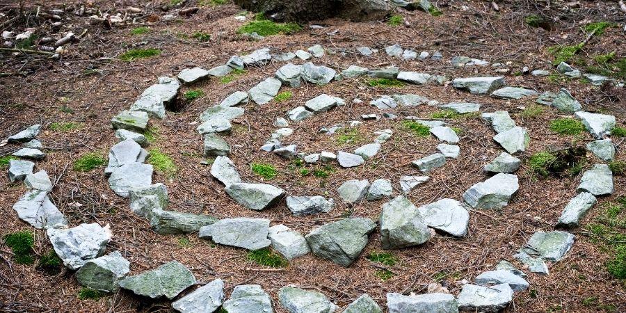 Espiral de piedra en el piso dispuesto para algún ritual