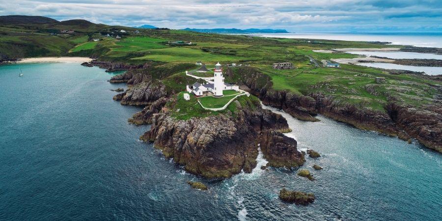 Vista aérea del Faro Fanad Head en Donegal Irlanda