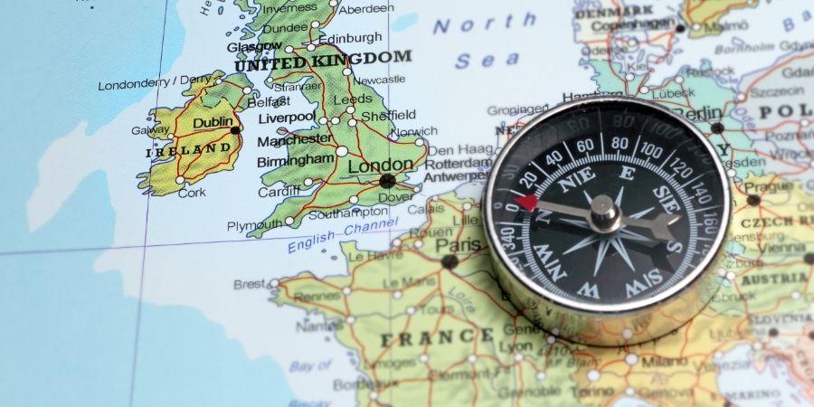 Brújula apuntando al Mapa de Irlanda