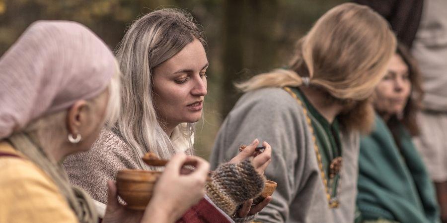 Mujeres Celtas conversando