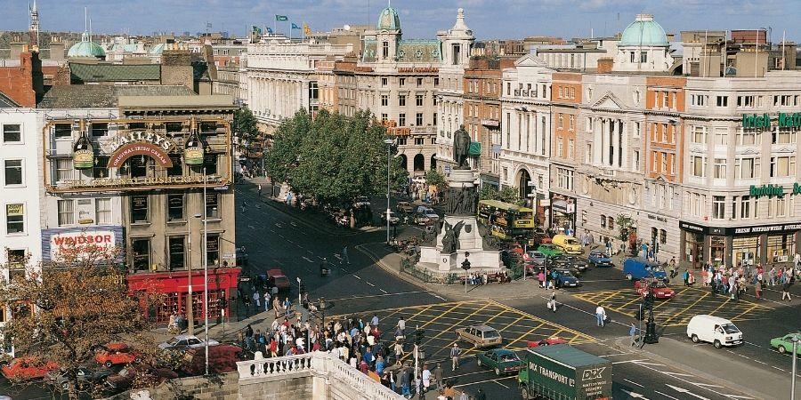 Población concentrada en calle principal Irlanda Dublin vs Cork