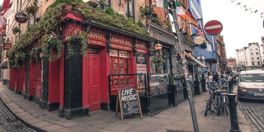 la vida nocturna de irlanda es mundialmente conocida, y los pubs son parte de su rica cultura
