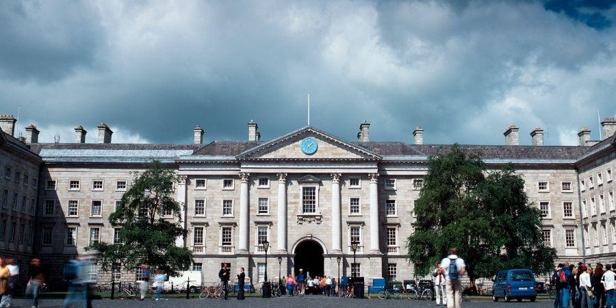 Fachada del Trinity College en Dublin