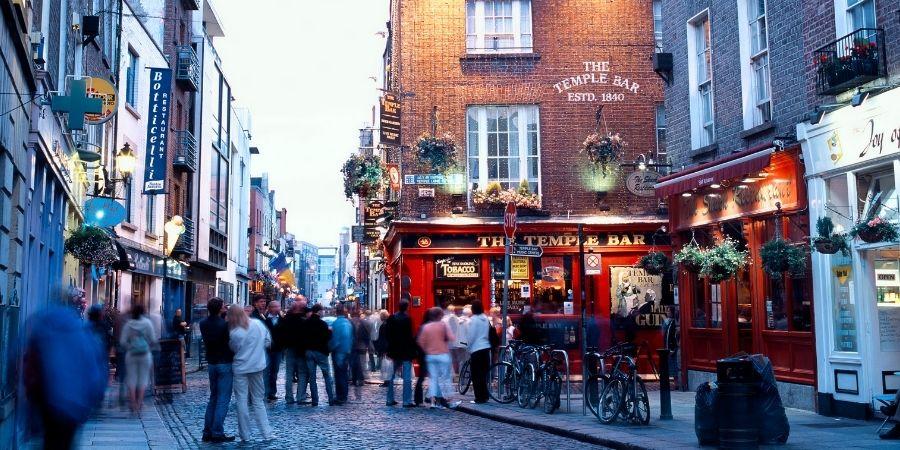 Gente visitando el pub Temple Bar Dublines