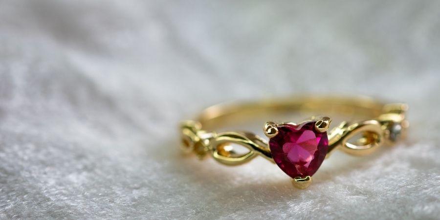 Para representar el amor los celtas obsequiaban anillos con un corazón al frente.