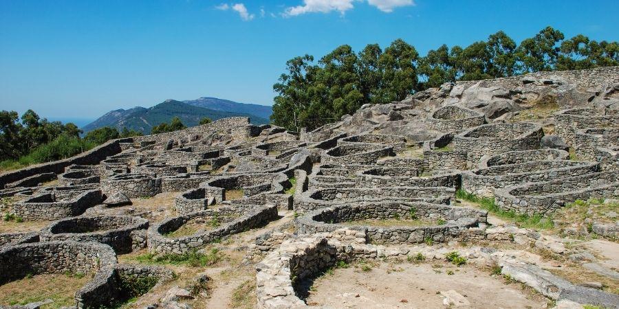 Los celtas se caracterizaban por hacer fortificaciones con piedras.