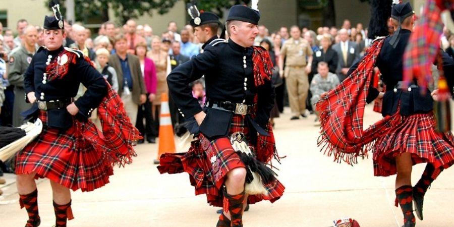 Los hombres usaban faldas llamadas Kilt para sentirse mas cómodo en la batalla.