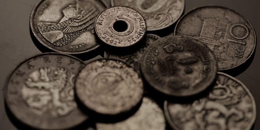 Monedas celtas encontradas en campos agrícolas.