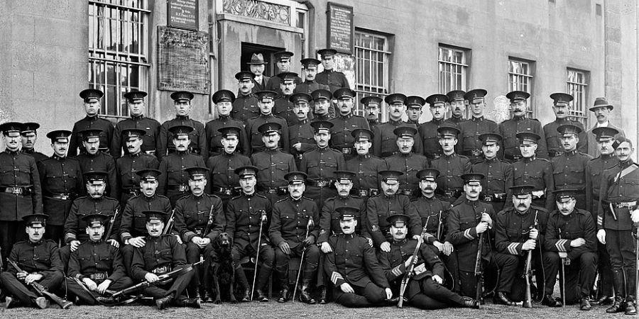 La real policia irlandesa cuida el territorio británico.