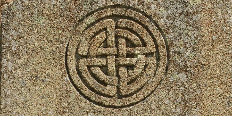 Los nombres de guerreros celtas son simbolizados en las esculturas.