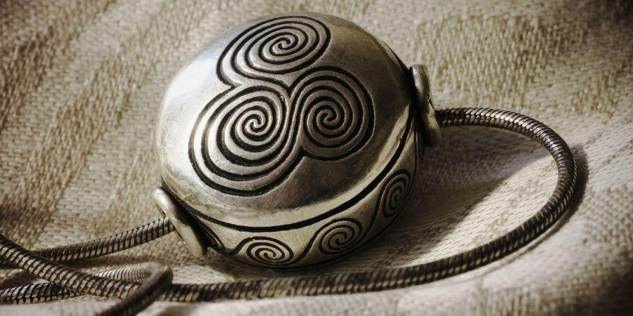 El símbolo de la trialdad tiene distintas formas de expresarse.